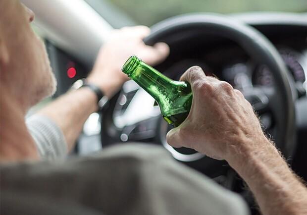 У Львові п'яний водій намагався втекти з місця аварії, прихопивши ...