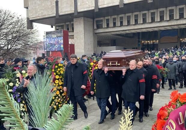 Везут на кладбище: гроб с телом Геннадия Кернеса вынесли из здания ХНАТОБа  (фото) - Харьков Vgorode.ua