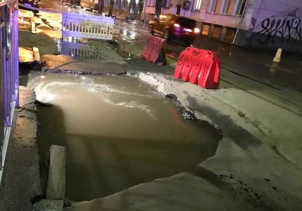 Почти провалилась под землю: на Подоле в огромной луже утонула машина