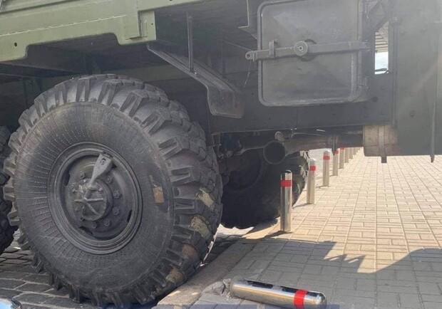 Отказали тормоза: в центре Киева военный грузовик повредил три автомобиля