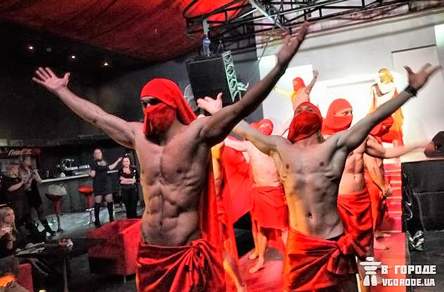 Красная шапочка клуб стриптиз вечеринка в ночном клубе реальное видео